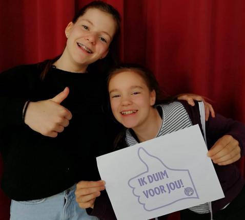 Nore en Bente duimen voor hun leerkrachten en goed onderwijs voor iedereen © Studio Globo