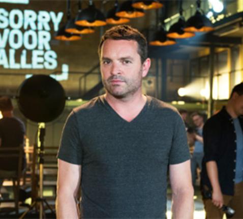 Spelleider Adriaan Van den Hoof op de set van 'Sorry voor alles'. Foto: © één
