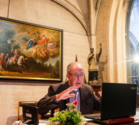 Hulpbisschop Vanhoutte in gesprek met pater Frans Fabry tijdens de webinar. © Laurens Vangeel