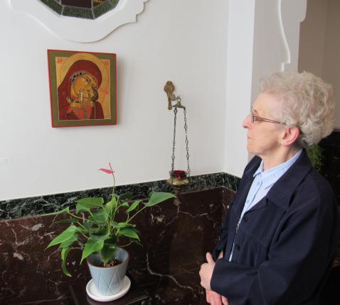 Zuster Joannicia leerde na haar pensioen als diensthoofd in een psychiatrisch ziekenhuis iconen schilderen. © Babs Mertens