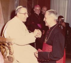"""Kardinaal Leo Jozef Suenens noemde Johannes Paulus I in zijn memoires """"een paus met verrassingen,  met een ongewone stijl"""" en """"duidelijk van de school van Johannes XXIII"""".  © Foto Felici"""