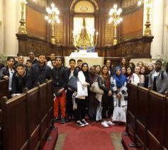 Scholieren van verschillende levensbeschouwingen samen in de Brusselse Grote Synagoge © Gledis Shabani - Sant'Egidio