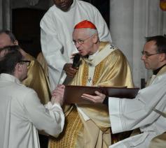 Kris Somers knielt voor kardinaal Jozef De Kesel © Jeroen Moens