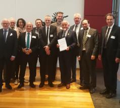 De volledige delegatie van VILD tijdens de overhandiging van het gemeenschappelijke charter aan Jan Peumans, de voorzitter van het Vlaamse Parlement, met 2de van rechts mgr. Herman Cosijns © IPID
