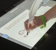 Interactieve schermen in het museum van de Koninklijke Bibliotheek (KBR) in Brussel © KBR