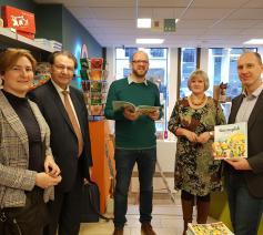 Van links naar rechts: Marian Knetemann (VBG), mgr. Herman Cosijns, Dries de Bakker (coauteur, VBG), Martine Stevelinck (Guimardshop) en Jan Dams (coauteur) © GL