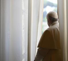 Paus Franciscus tijdens de algemene audiëntie van woensdag 20 mei 2020 in de bibliotheek van het pauselijke paleis © VaticanMedia