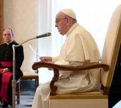 Paus Franciscus tijdens de algemene audiëntie van woensdag 27 mei 2020 in de bibliotheek van het pauselijke paleis © VaticanMedia