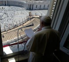 Paus Franciscus tijdens zijn Regina Coelitoespraak van zondag 31 mei 2020, op de hoogdag van Pinkstern, in de bibliotheek van het apostolische paleis © VaticanMedia