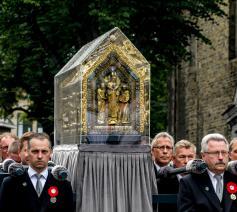 Het hoogtepunt van de Heiligdomsvaart: het tonen van de 'noodkist' waarin de overblijfselen van Sint-Servaas worden bewaard. © Jean-Pierre Geusens