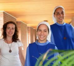 Van links: Maria-Ines, zuster Magdalena en zuster Rafaela verhuizen naar Tongerlo. © Tony Dupont