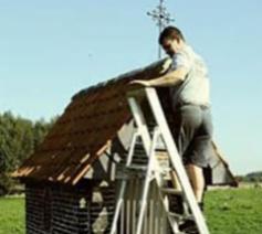 Baardegems smid zet weer een kruis op de Lourdes Kapel