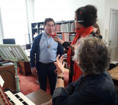 Radio 2 op bezoek tijdens de zangles van bisschop Lode. © Marieke VanderSchaeghe