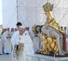 Paus Franciscus tijdens de slotviering in de Onze-Lieve-Vrouw van de Zeven Smartenbasiliek, het nationale heiligdom van Slovakije © VaticanMedia