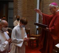 Bisschop Hoogmartens stelt in de eucharistieviering de Limburgse seminaristen Gianluca Loperfido en Bart Pluymers aan tot acoliet © Johannes XXII-seminarie
