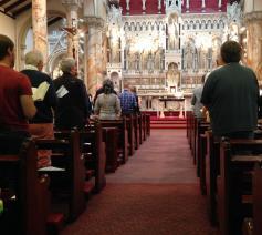 Liturgie zorgt ervoor dat mensen zich thuis voelen in een parochie. © Flickr / JL Wong