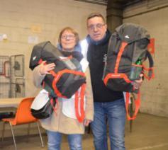 Rita De Maeght en Olivier Vanden Avont delen rugzakken uit aan Brusselse daklozen. © Het Nieuwsblad