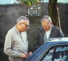 Eric Bladt en Charles Deckers op de binnenkoer van Tizi Ouzou in Kabylië, waar Deckers op 27 december 1994 werd neergeschoten © rr