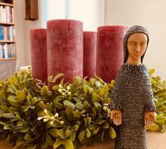 Adventskrans met Onze-Lieve-Vrouw van de advent © Herbert Vandersmissen