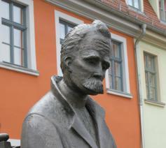Na een geestelijke instorting in 1889 en een verblijf in psychiatrische klinieken  werd Friedrich Nietzsche verzorgd door zijn moeder en zijn zus.  © rr