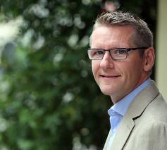 Emmanuel Van Lierde (41) is naast hoofdredacteur theoloog en filosoof. © Kristof Ghyselinck