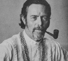 Alan Watts © Door Alan Watts Foundation - http://www.alanwatts.org, CC BY-SA 4.0, https://commons.wikimedia.org/w/index.php?curid=64190421
