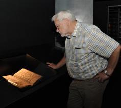 Albert Boulet in de schatkamer van Teseum.