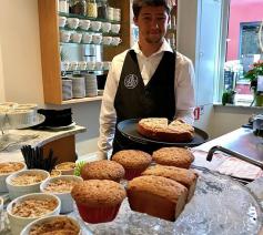 """De """"Amici"""" serveren enthousiast heerlijke koffie en gebak © Sant'Egidio"""