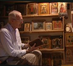 André Louf in gebed in zijn kluis  © videotheque.cfrt.tv