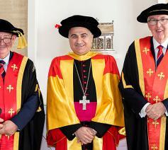 Bisschop Warda, met vicekanselier Greg Craven en John Facey van ACU © r.r./Facebook@ACU