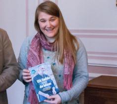 Babs Mertens (rechts) ontvangt met Marc Colpaert (links) de prijs voor het religieuze boek  © Philippe Keulemans
