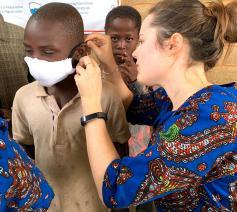 Een vrijwilligster in Bakanja-Ville naast mondmaskers voor de kinderen van het salesiaanse opvanghuis. © Eric Meert