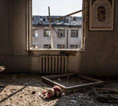 Beeld van de vernielingen van een jaar geleden in Stepanakert © RR