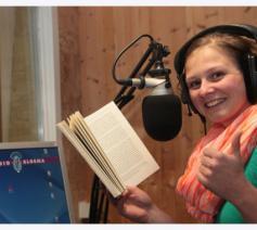 Een medewerkster van Studio Bloema leest een boek in © Studio Bloema