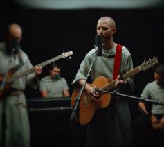 Broeder Isaiah evangeliseert via muziek en hij doet dat goed. © Franciscan Friars of the Renewal