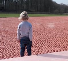 De kunstinstallatie Coming World Remember Me bestaat uit 600.000 beeldjes, door jong en oud gemaakt. © Harold Naeye / Koen Van Mechelen