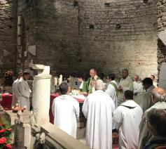 Kardinaal Claudio Hummes gaat voor in de eucharistieviering in de Catacomben van Domitilla © VaticanMedia