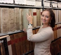 Céline Decottignies, archivaris van het bisdomarchief van Brugge. © Bisdom Brugge