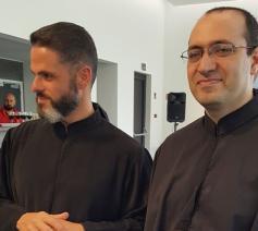 Pater Charbel Eid (links) met zijn opvolger Georges Lichaa als nieuwe prior van het Libanees-maronitische klooster van Saint Charbel in Bois-Seigneur-Isaac © RR