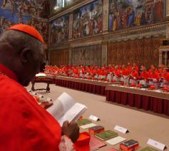De paus overlegt met de kardinalen © SIR