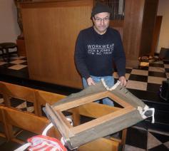 Een paneel van een blaasbalg van het orgel werd gedemonteerd, hersteld en terug geplaatst.