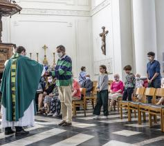 De coronamaatregelen beperken het aantal toegelaten kerkgangers. © Luk Vanmaercke