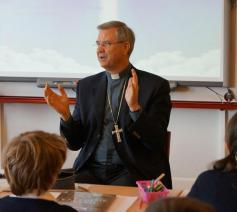 Bisschop Johan Bonny op schoolbezoek © O.L.Vrouw Pulhof