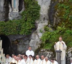Mgr Bonny preekt tijdens een mis aan de grot © Christa Damen