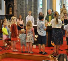 Kinderen rond het altaar bij het Onze Vader © Paul Van Kerrebrouck