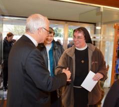 Mgr. Hoogmartens was gastheer voor de religieuzen tijdens een ontmoeting in de bisschoppelijke residentie. © Tony Dupont