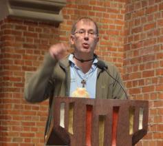 Dirk Van Erps getuigt tijdens de viering in Sint Jozef over zijn pelgrimstocht naar Compostella. © Luc Faems