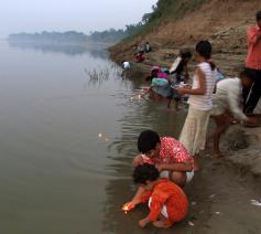Met Divali zetten de mensen zelfs in de Ganges-rivier hun lichtjes neer  © RR
