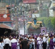 Een processie in de Goede Week in El Salvador