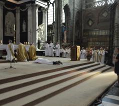 Tijdens de litanie van de heiligen smeken we om Gods kracht en Geest over de wijdeling  © Bisdom Gent